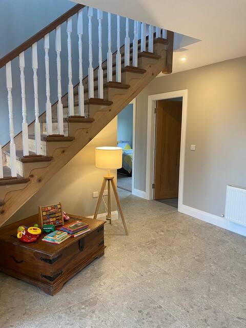 Uma deslumbrante casa nova de 5 camas, ideal para famílias numerosas