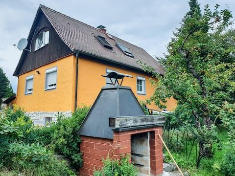 Liebevoll eingerichtetes Ferienhaus mit Burgblick