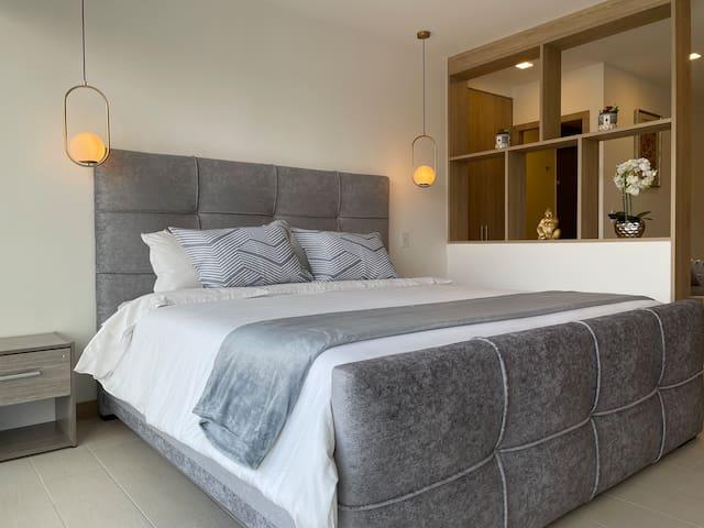 Vista Cama King en NUEVA Suite Vista La Carolina @ONE Quito -Piso 21
