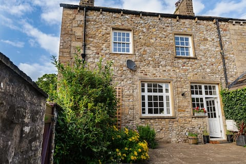 Grade II Listed 3 bed cottage on edge of The Dales