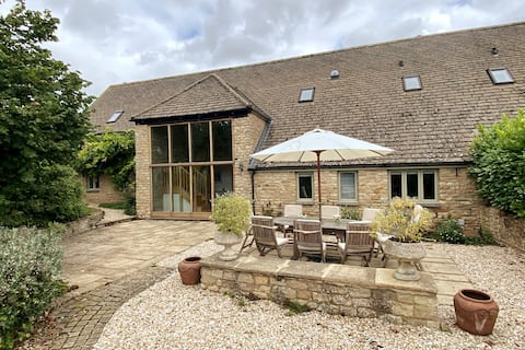 North Barn, Buckland with tennis court