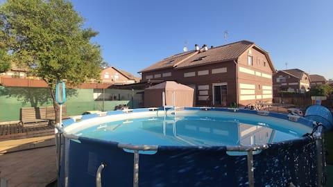 Semi-detached: Pool, barbacue, 400m courtyard
