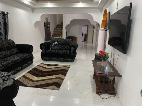 Cheerful 4 bedroom home, 5 min walk from the beach
