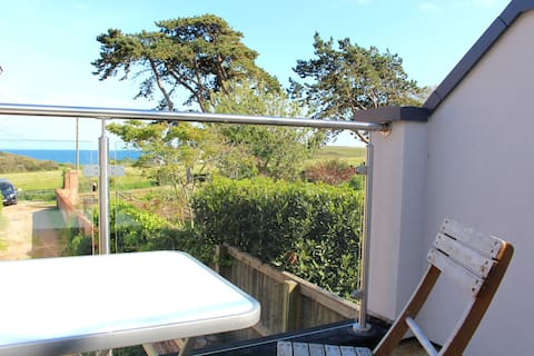 3-Bed Coastal Cottage with Balcony and Sea Views
