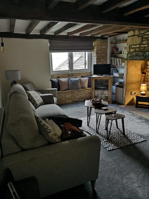 2 Bed, 17th Century Cottage with Brook in Garden