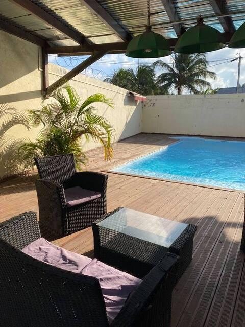 Belle chambre au bord d'une piscine
