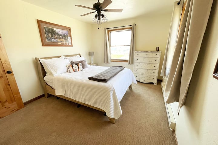 Queen Bedroom - Memory foam mattress with hotel linens. 5 Drawer dresser and full sized closet. Beautiful views of Devil's Slide