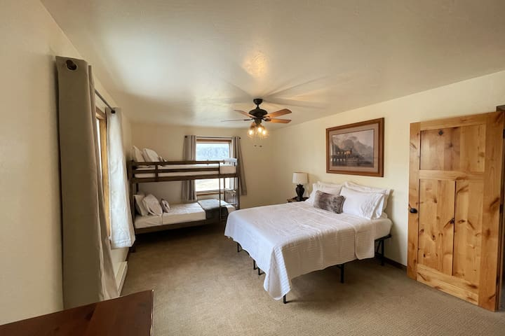 Queen & Twin Bunk Bedroom - All memory foam mattresses with hotel linens. Drawer dresser and full sized closet. Expansive views of the ranch and surrounding mountains.