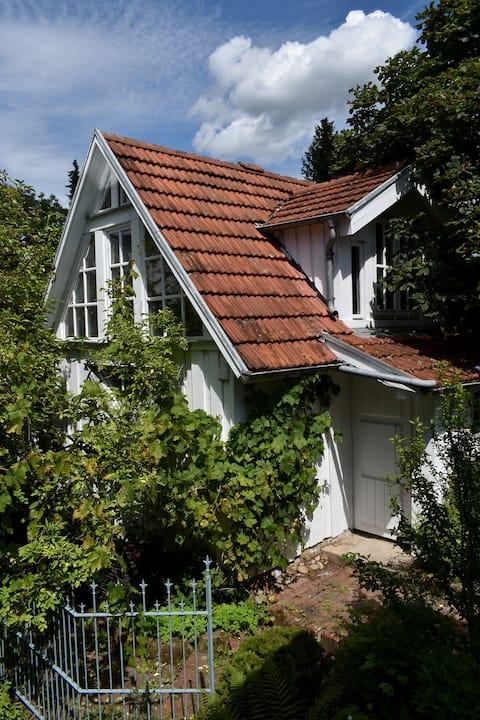 Ungewöhnlich wohnen in gemütlichem Gartenhaus