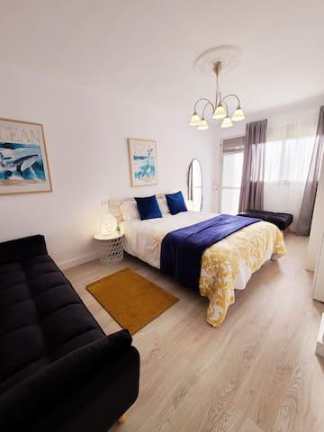 En esta habitación podrás disfrutar de la cama de 150cm y un sofá para poder relajarte