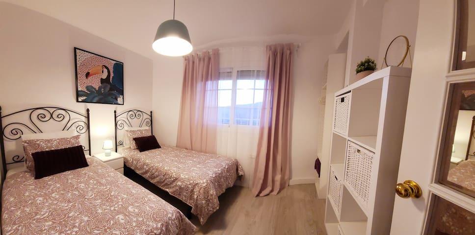 Dulce habitación con dos camas individuales