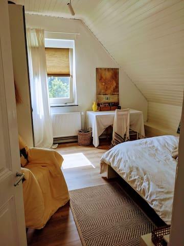 2. Schlafzimmer.