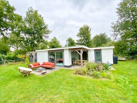 Sfeervolle bungalow in Drentse natuur bij zwemmeer