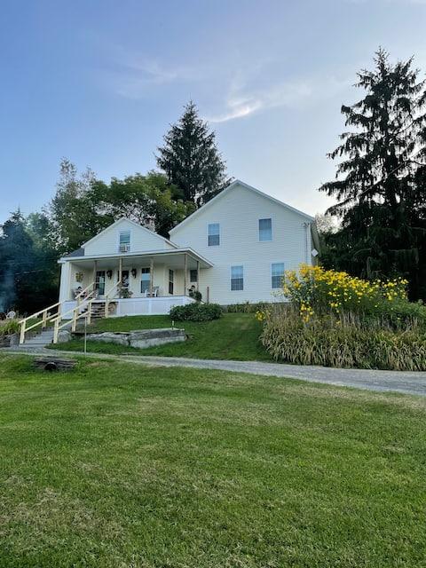 Beautiful Farmhouse Mountain View stay