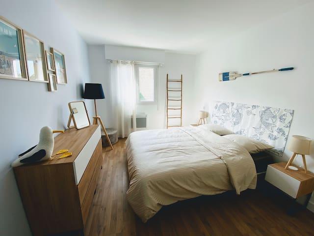 [FR] La chambre avec lit de 160cm, commode à 6 tiroirs, tables de chevet à tiroir et placard.  [EN] The bedroom with a 160cm bed, a chest of drawers, nightstands with drawers and a closet.