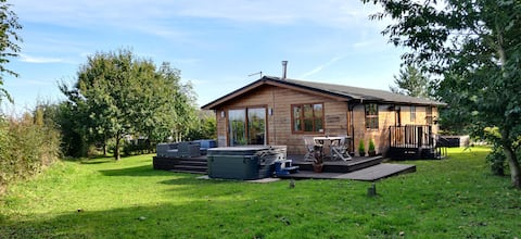 Charming lodge with Hot Tub near ancient York.