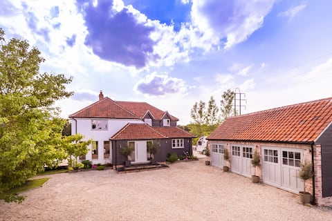 Luxury 5 bedroom country retreat 1hr from London