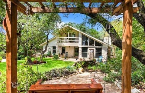 Claxton Cottage: Cozy One Acre SW Austin Hideaway