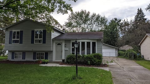 Cozy 3 bedroom house. Very close to DTW airport.
