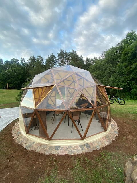 Modernus kupolas ant tvenkinio krašto
