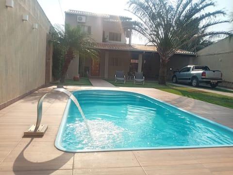 Casa agradável com piscina e churrasqueira.