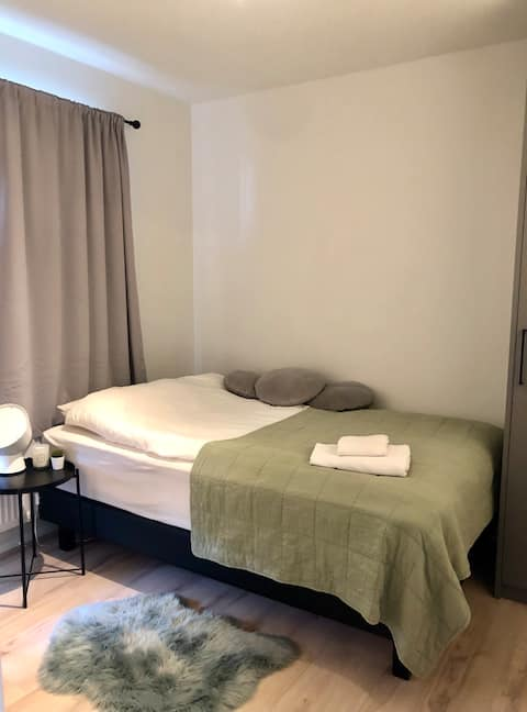 Lovely private bedroom - 10mins from KEF airport