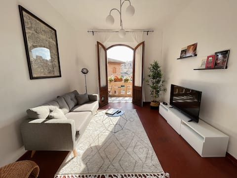 Cozy Apt. in the heart of Siena with balcony.