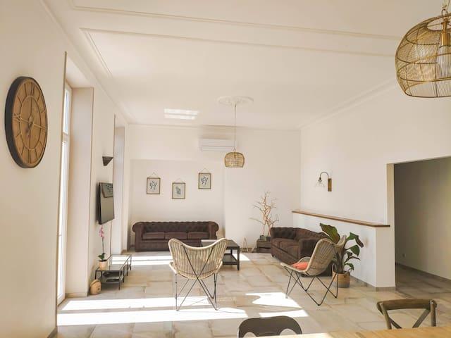 Salon - séjour 51 m² donnant accès terrasse et parc avec vue sur le Massif des Monts d'Orb