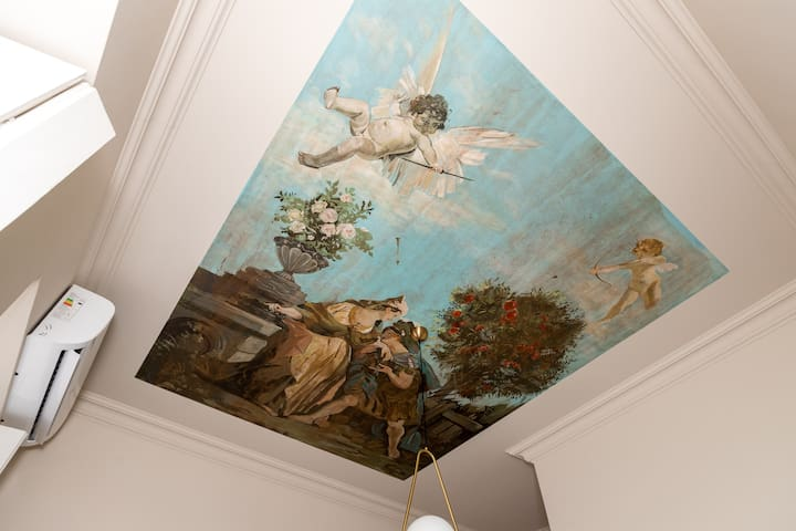 The ceiling in the bedroom depicts the first kiss between Medea and Jason.