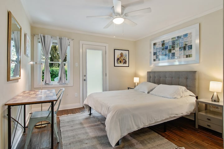 Cute 2bed apt with patio, parking incl close to FQ