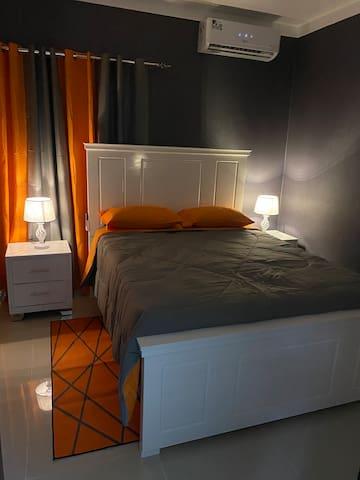 """Es nuestra tercera habitación totalmente diseñada para descansar sin importar la hora, cuénta con aire acondicionado, closet y acogedora Cama Queen 60""""   third bedroom with private closet and air conditioning"""