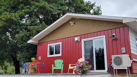 Adorable 1 bedroom guesthouse on a Berry Farm.