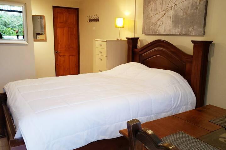 Queen size bed // Cama tamaño Queen