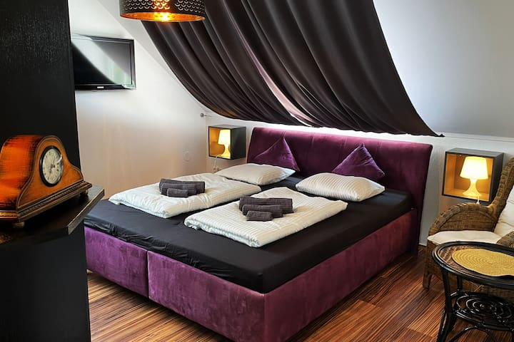 2. Ložnice v prvním nadzemním podlaží s velkou manželskou postelí