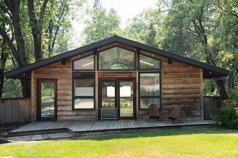 Basecamp Lodge: spacious studio w/ Mt Shasta view