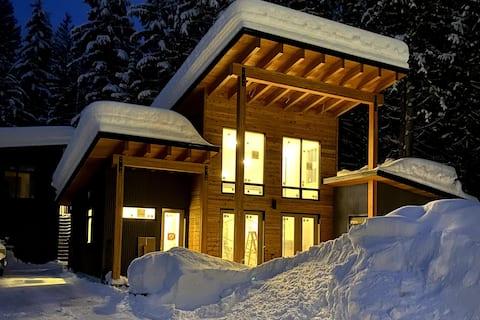 Modern Cabin w/loft walk to ski slopes & trails