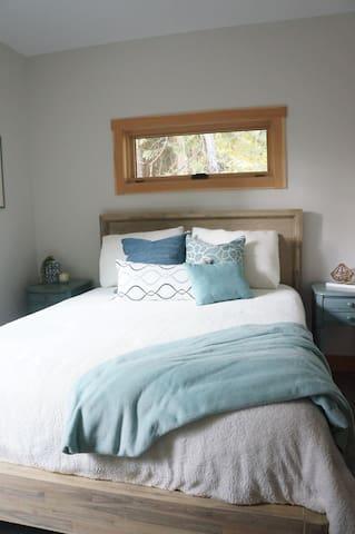 Guest queen bedroom.