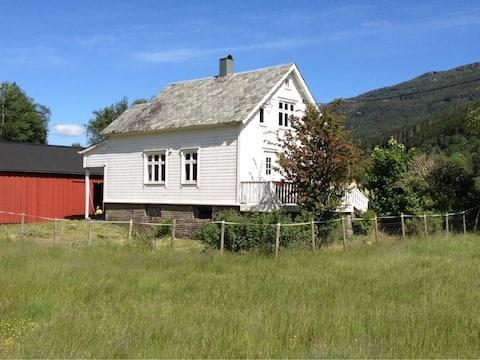 Landlig hus på Ørnes i Vikedal