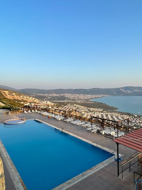 Lovely 1-bedroom condo with a pool and sea view