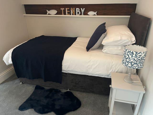 Single bed. Features en-suite bathroom.