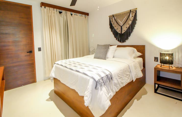 2nd bethroom + queen size bed. Comfy linens & pillows