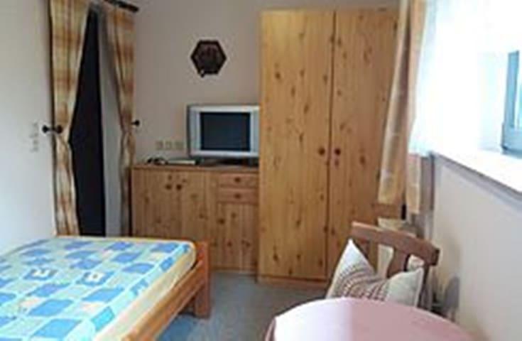 Schlaf- und Wohnbereich, zweites Bett nur wenig sichtbar