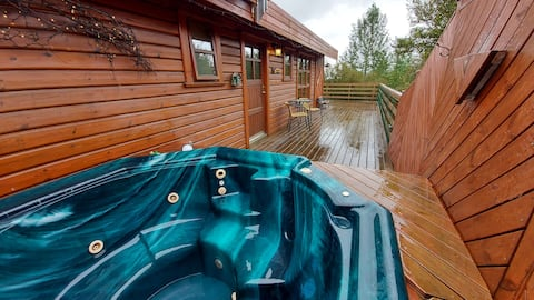 Cozy 3 bedroom cottage with hot tub