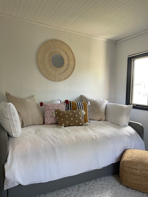 Cozy studio, walking distance to everything!