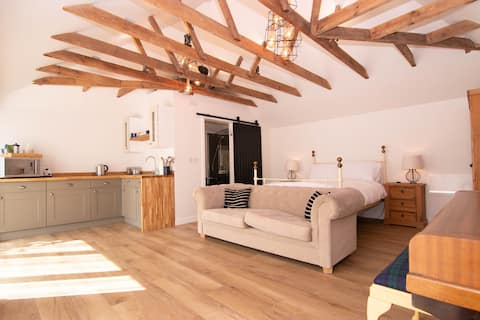 Beautifully renovated 1 bedroom detached annexe
