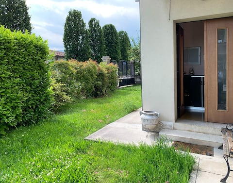 Appartamento piano terra con giardino e garage.