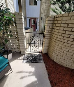 Lépcsőmentes út a kültéri bejárathoz