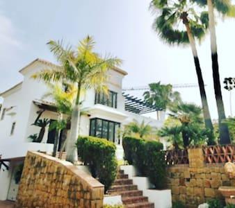 deze villa is bestaande uit trappen.