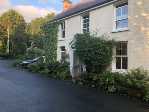 Georgian 3 bed cottage with cosy wood-burner