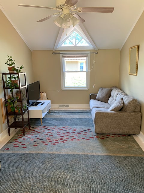 Adorable 1 bedroom apartment with parking.